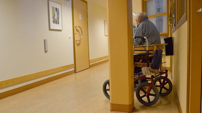 Äldre man i rullstol på äldreboende. Foto:SVT/Bild