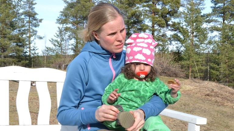 Lisa Marklund har varit mamma till tvååriga Maria Gevokiyan sedan hon var endast sju dagar gammal. Foto: Filippa Armstrong/SR