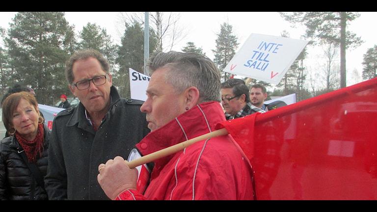 Kjell Hanseklint (till vänster) samtalar med Mikael Jakobsson i förstamajtåget