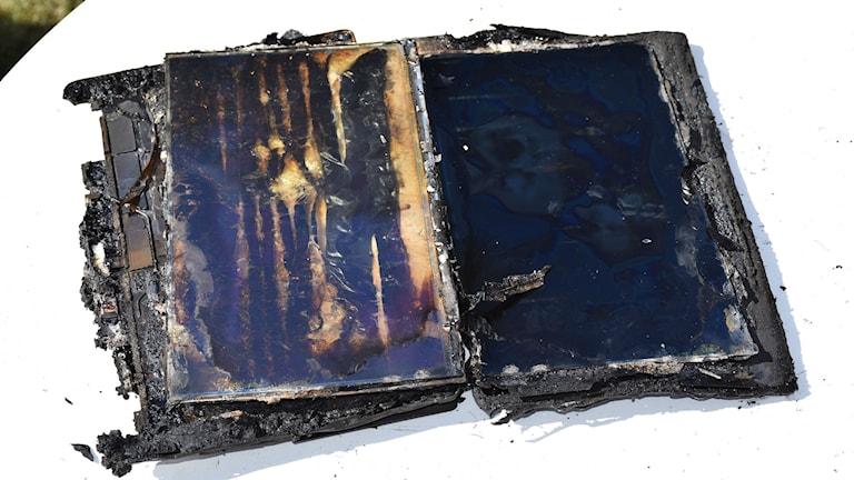 Läsplattan som tros ha startat branden. Foto: Räddningstjänsten
