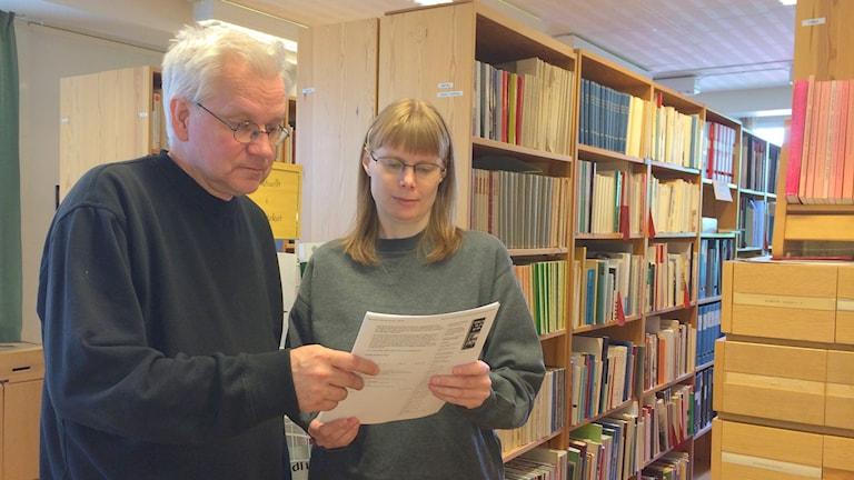 Harriet Kuoppa och Staffan Lundmark DAUM läser Univeritetets beslut Foto Anders Wikström/SR.