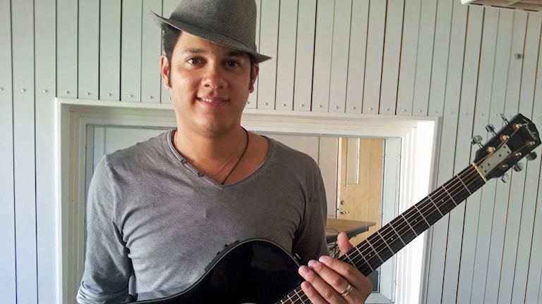 Joel Nuñez med gitarr i studion Foto Åza Meijer SR