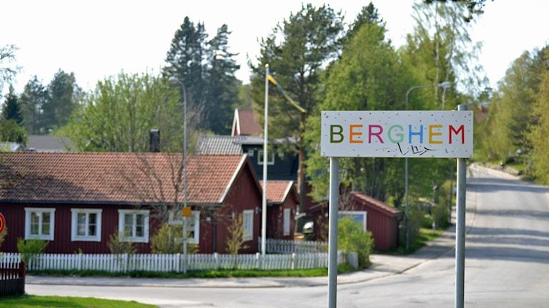 Stadsdelsskylt och villagata Berghem, Umeå. Foto: Lillemor Strömberg/Sveriges Radio.