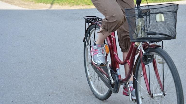 Cyklist på cykelbana.