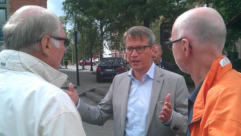 Göran Hägglund (KD) pratar med folk. Foto: Peter Öberg, Sveriges Radio.