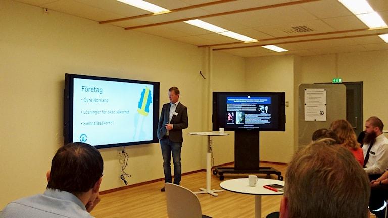 Christoffer Skåtar håller ett föredrag och tittar på en skärm.