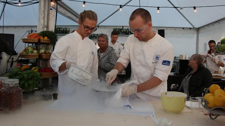 Glasstillverkning med flytande kväve på smakfestivalen. Foto: Helena Ramfjord/Sveriges Radio
