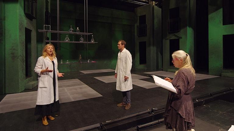Susanna Levonen som Marie Curie,  Karl Rombo som Pierre Curie samt regissör Elisabet Ljungar