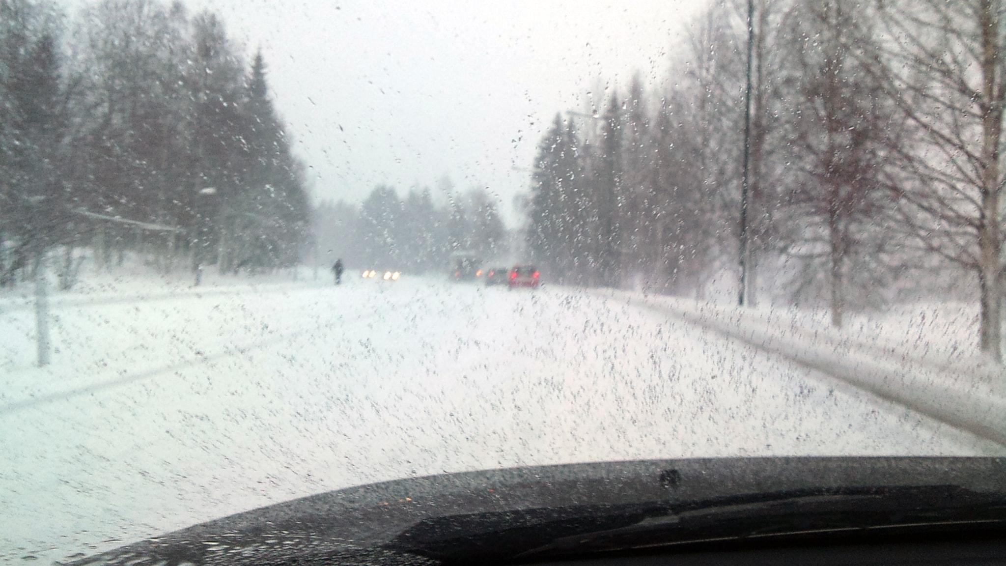 Smhi varnar for regnet trafiken far problem