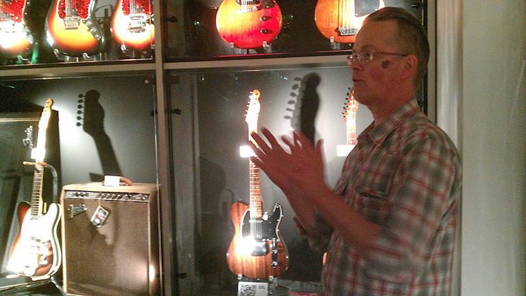 Michael Åhdén guidar på gitarrmuseet. Foto: Peter Öberg, Sveriges Radio.