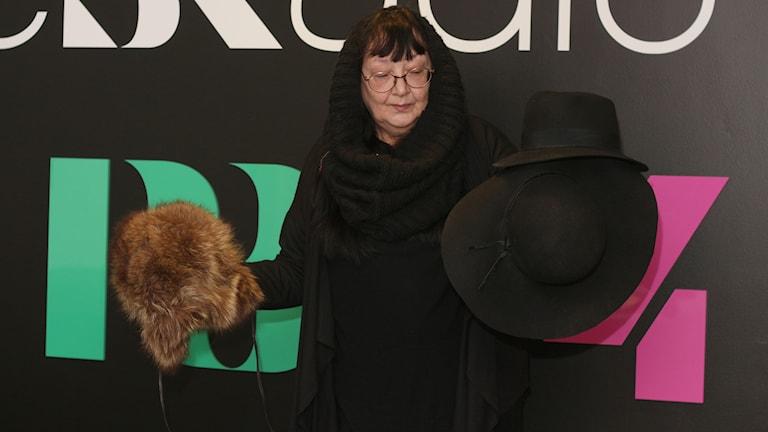 Modeexpert Birgitta Bjurström med hattar. Foto: Helena Ramfjord/Sveriges Radio
