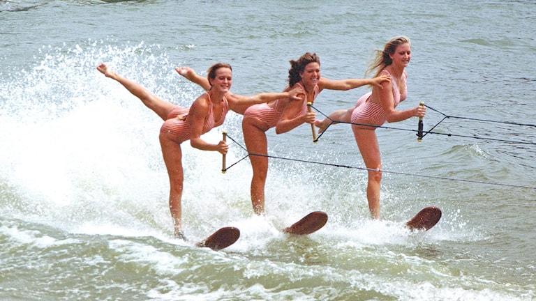 Systrar åker vattenskidor. Foto: Ted Van Pelt/https://flic.kr/p/e5hqmN (CC BY 2.0)