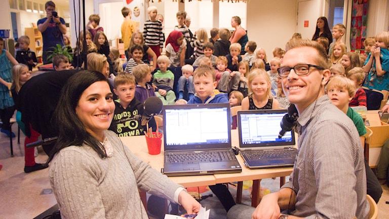Rihaneh Rouhani och Micke Hermansson på Tomtebogård skola i Umeå. Foto: Helena Ramfjord/Sveriges Radio