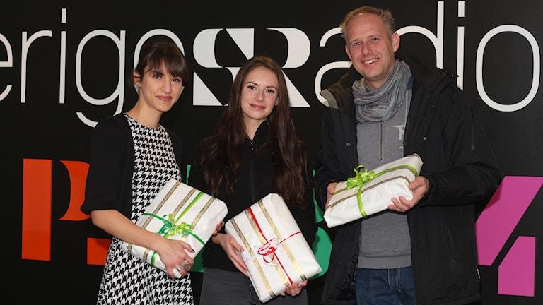 P4:s Rebecca Göransson tillsammans med Malin Östman och Henrik Östman som samlar in paket till Aktion Julklappen. foto: Helena Ramfjord/SR