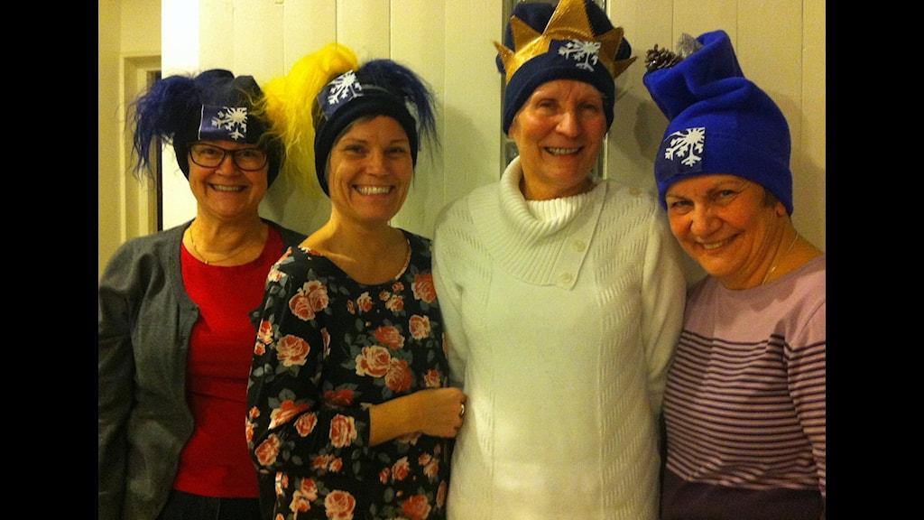 Glada hatt- och mösstillverkare. Foto Christina Lindström.