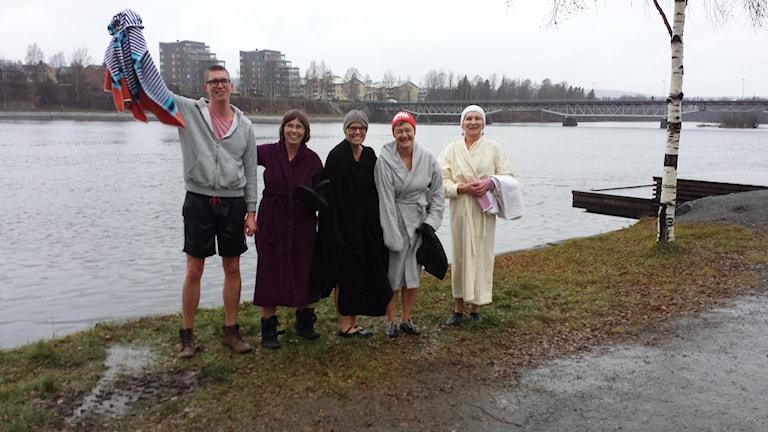 Badarna som trotsar kylan är Joakim Bergdahl, Kristina Lindström, Iva Lundström, Tiina Enqvist och Inger Westman. Foto: Linnea Hedelilja