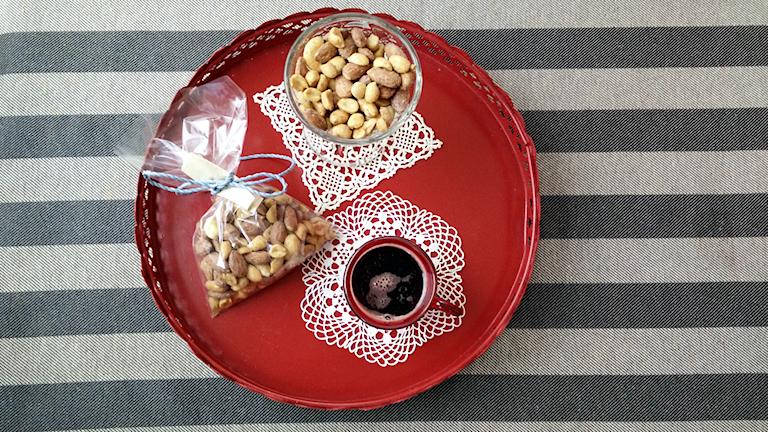 Nötter och mandlar på ett serveringsfat