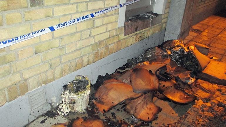 Brandrester utanför köksingången