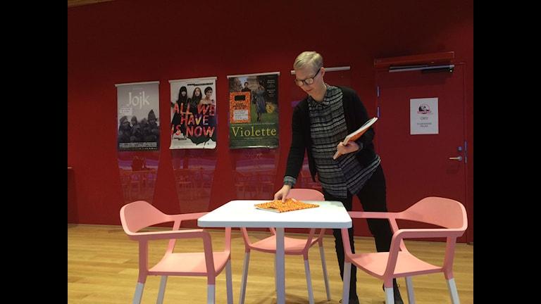 Karin Johansson folkets bio förbereder festivalen som startar i morgon foto Anders Wikström SR