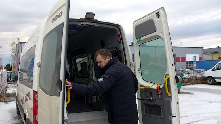 Jörgen Lindström Taxi direkt inspeterar ett av sina specialfordon Foto: Anders Wikström SR/Västerbotten
