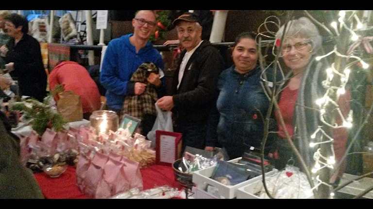 Emil Nyström, Tony, Dorina och Miriam Edmark säljer på julmarknaden på Gammlia i Umeå. Foto Lennart Odhström/SR.