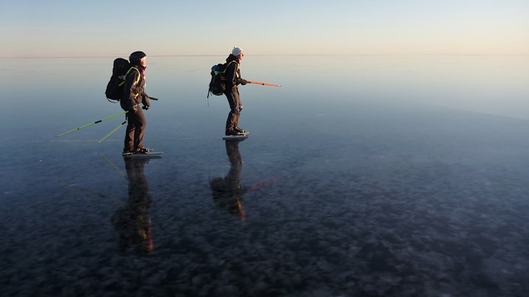 Åsa Landström och Maria Lundström åker långfärdsskridkor vid Lövångerkusten. Foto: Per Landström
