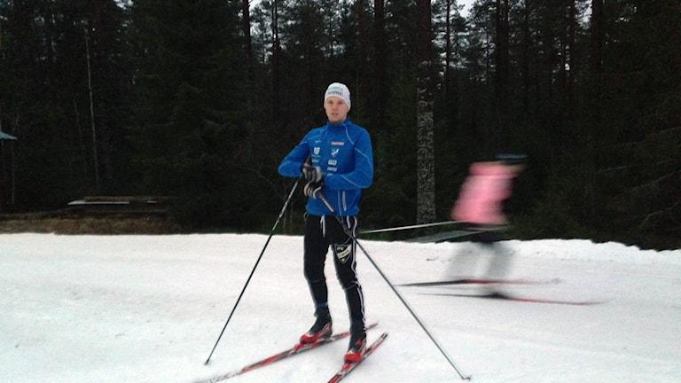 Skidåkaren David Nordström i konstsnöspåret, Foto: Anna Burén/Sveriges Radio.