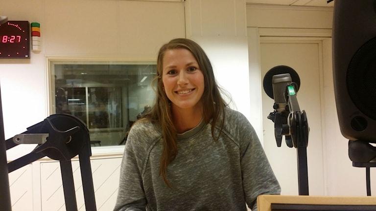 Emma Berglund i P4 Västerbottens studio. Foto: Rihaneh Rouhani/Sveriges Radio