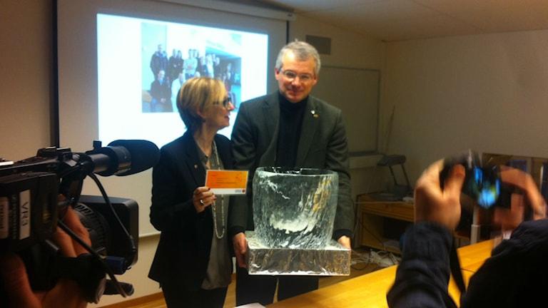 ALS-forskaren Peter Andersen tar emot 3 miljoner kronro occh en skål av is. Foto: Joakim Silverdal/Sveriges Radio
