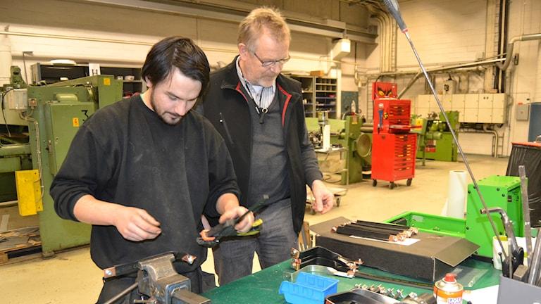 Nils Broman och Rolf Sandberg på Hybricon Bus Systems. Foto: Ingrid Marklund/Sveriges Radio.