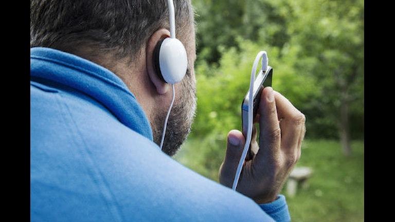 Mobilzombi är ett ord som beskriver en person försjunken i sin mobiltelefon Foto: Martina Holmberg SVT/Bild