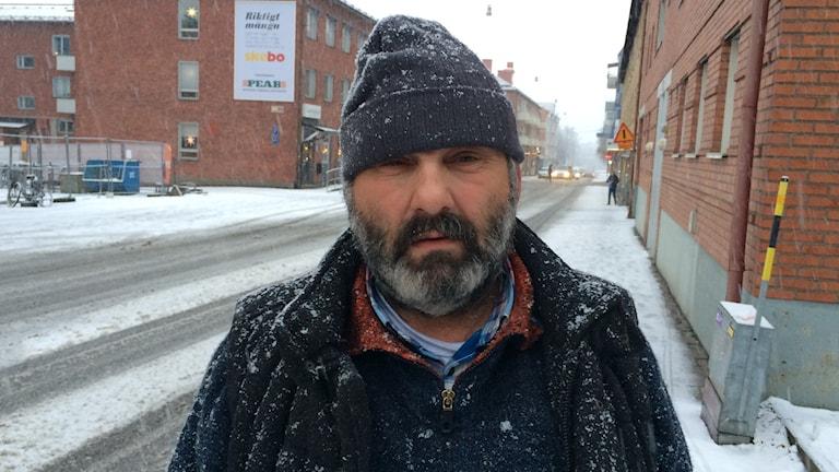 Tiggaren Ilje som är en av initiativtagarna till att sälja den nya tidningen i Skellefteå. Foto: Magnus Bergner, Sveriges Radio.