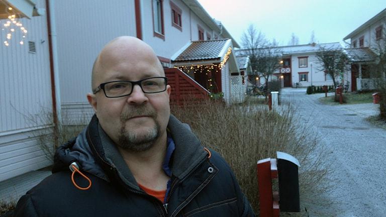 Freddy Lidén vid sin lägenhet på Ersboda Foto: Anna Burén/SR.