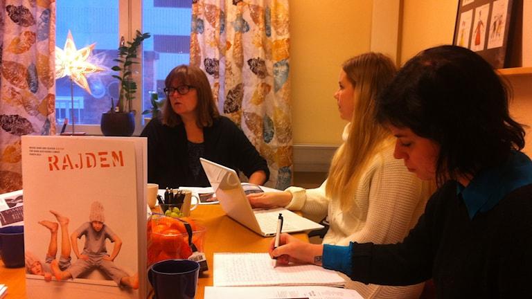 Chefen för Umeå teaterförening Anna Cederberg längst till vänster. Foto: Joakim Silverdal/SR