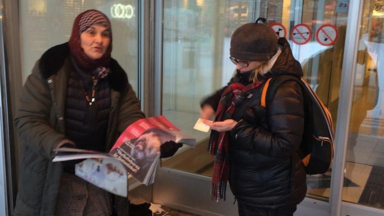Elina säljer gatutidingen Dik Manusch