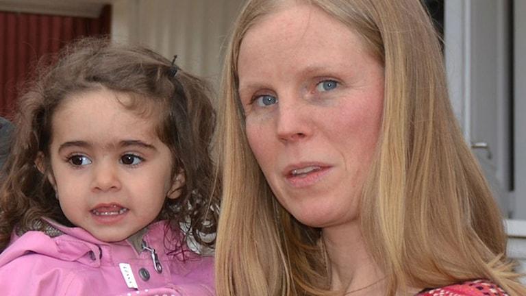 Maria i Blåsmark med fostermor Lisa Marklund. Foto: Filippa Armstrong/SR