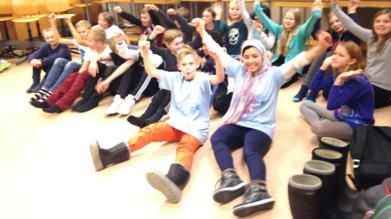 Tundalsskolan värmer upp med hejaramsor. Foto: Tjelvar Otterbjörk/Sveriges Radio