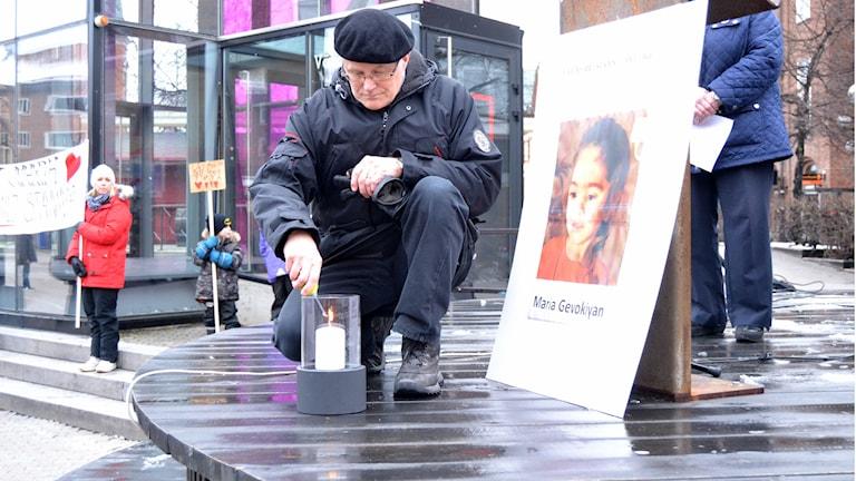 Thomas Degerman tänder ett ljus för Maria Gevokiyan och andra i hennes situation. Foto: Marilén Karlsson