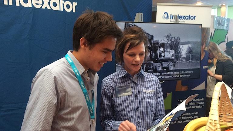 Studenten Joel Johansson och utställaren Emma Forsgren vid Uniaden i Umeå 2015. Foto: Anders Wikström/SR