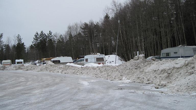 En snöig parkering med ett tiotal husvagnar. Foto: Agneta Johansson/Sveriges Radio