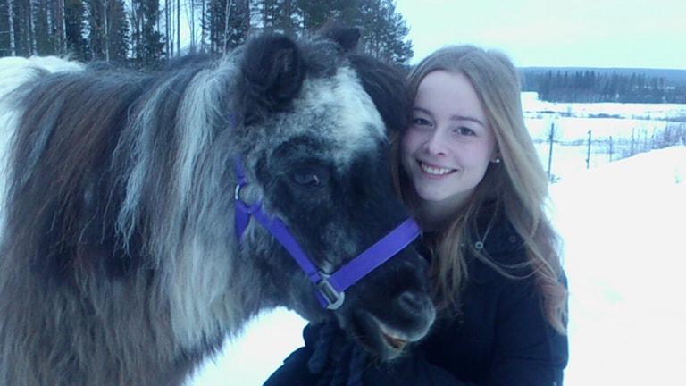 Hästen Poppy med ägaren Anneli Weinehall. Foto: Anette Olofsson/Sveriges Radio