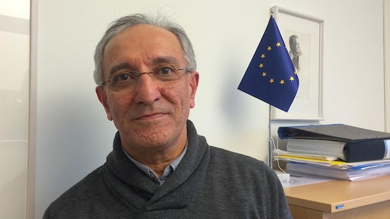 Ahmad Ghasimi, ekonom på skolkontoret i Umeå med rötter i iranska Kurdistan. Foto: Lillemor Strömberg/Sveriges Radio.