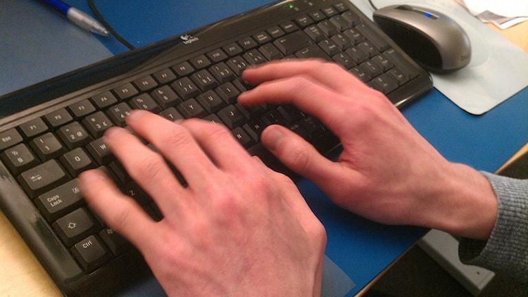 Händer som skriver på tangentbord. Foto: Peter Öberg, Sveriges Radio.