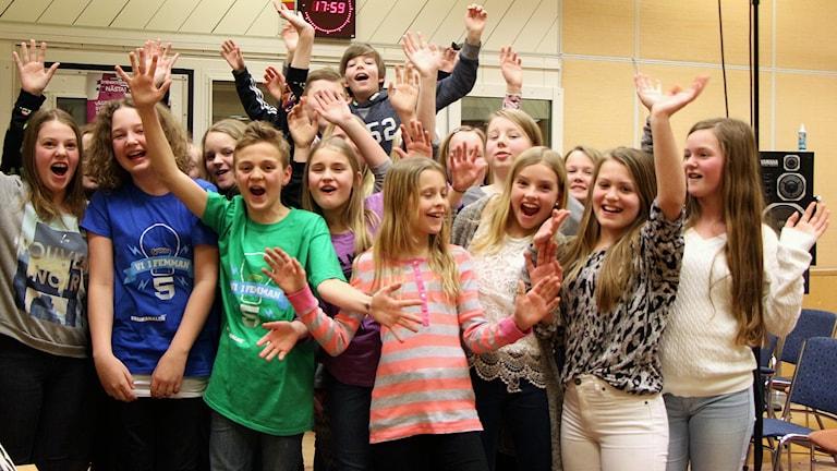 Backenskolans elever tjuter av glädje. Foto: Helena Ramfjord/Sveriges Radio
