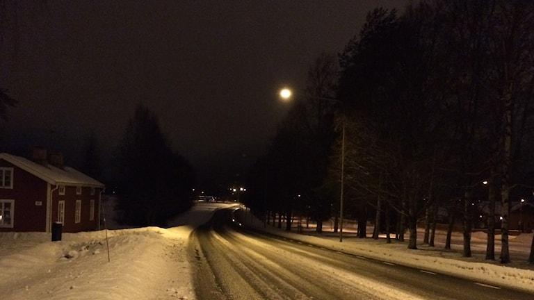 Riksvägens kurva ut på Röbäcksslätten vid Böleäng belyst. Foto: Lillemor Strömberg/Sveriges Radio.