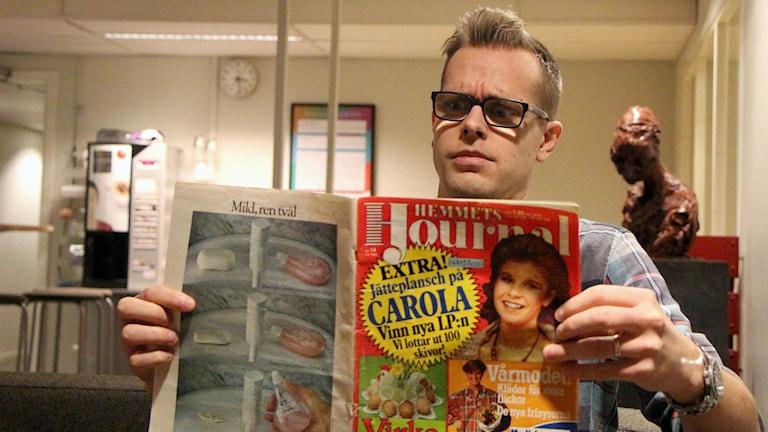 Mikael Hermansson läser Hemmets Journal. Foto: Helena Ramfjord/Sveriges Radio
