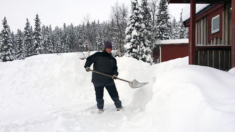 Hotellägaren Pernilla Hansson skottar fram en av sina stugor i Kittelfjäll, Foto: Privat.