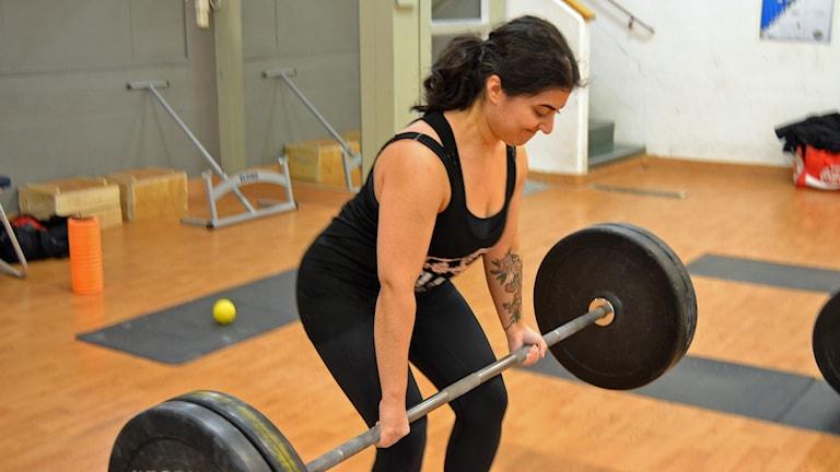 Även tyngdlyftare som Mariam Shirdel kör styrkelyftsgrenen marklyft fast som träning. Foto: Lillemor Strömberg/Sveriges Radio.