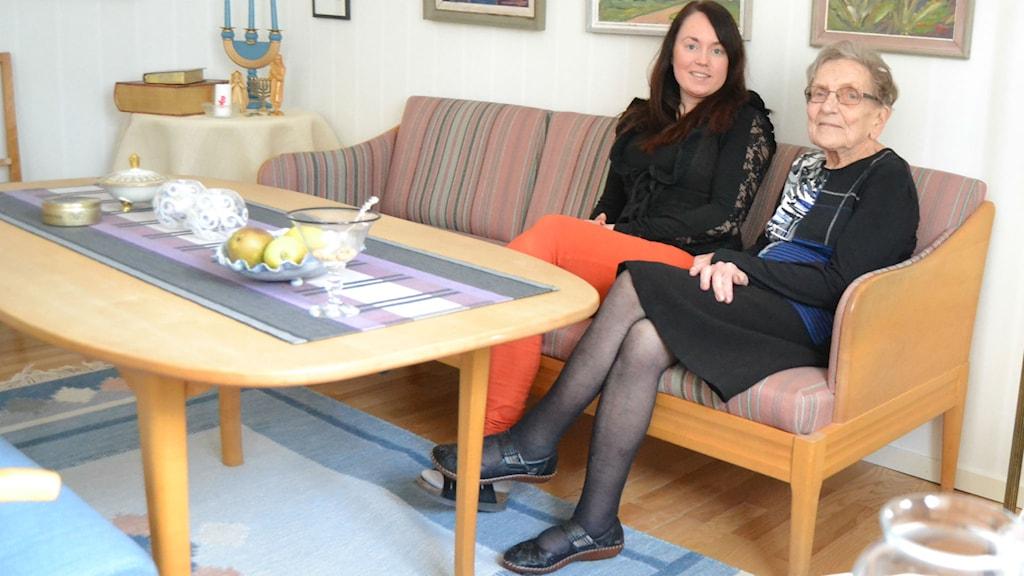 Anna Isberg och Anne-Marie Isberg på vårdsolen. Foto: Marilén Karlsson