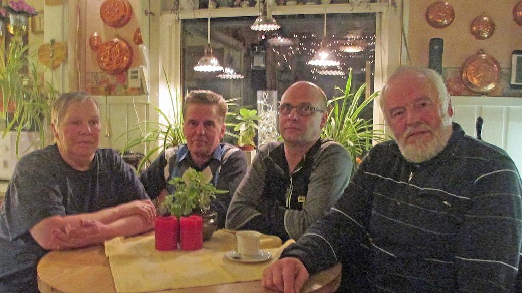 Iris Linder, Staffan Linder, Bjarne Linder och Hans Fransson vid köksbordet